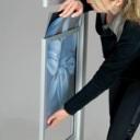Pro-Display: из боковой части рамки вытаскивается резиновая полоса и вставляется изобраение